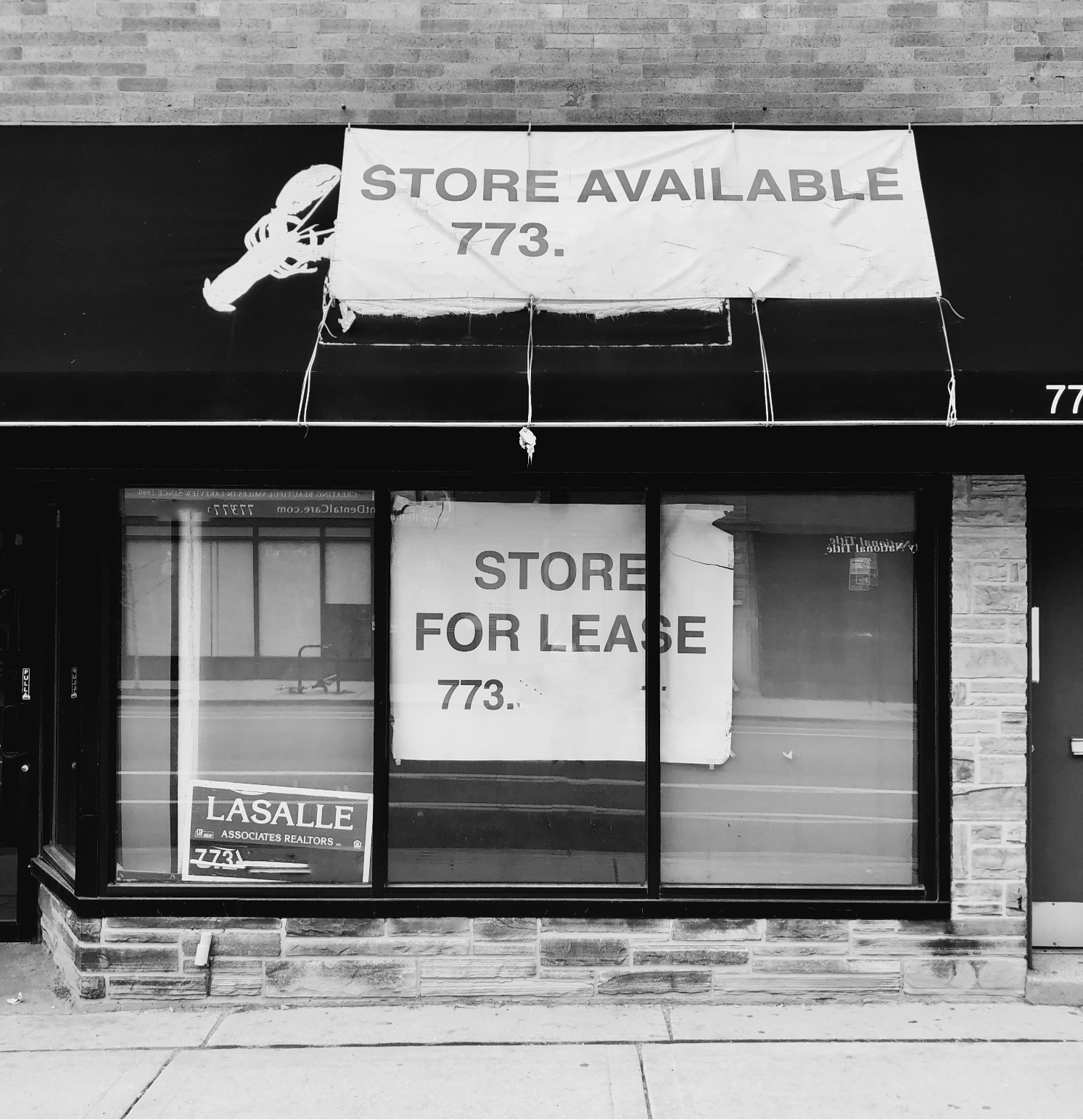 Store-for-lease-BW-phone-obscurred-072821